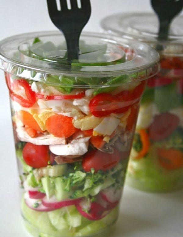 Salat aus der Plastikpackung ist ein beliebter Snack